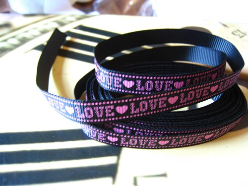 Lint grosgrain Love 10mm zwart/roze